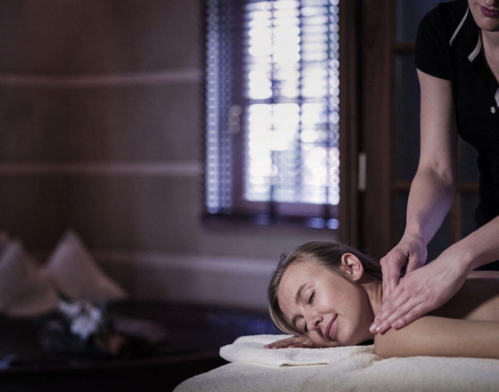 Frau bei Nackenmassage