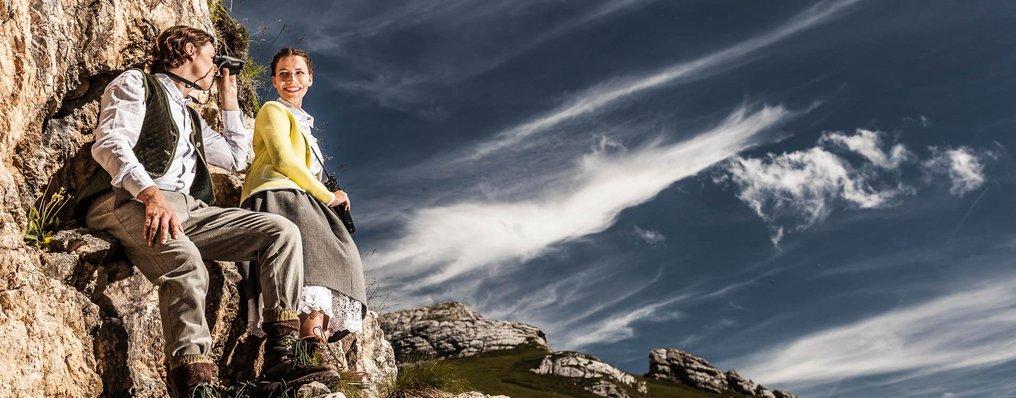 Paar in Tracht im Gebirge