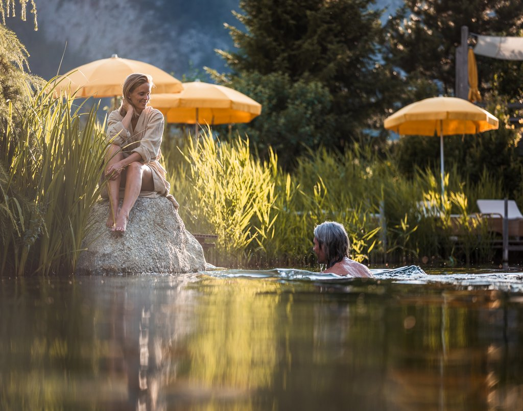 Paar am Schwimmteich